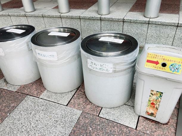 新宿アイランドタワー パティオ広場 ゴミ箱