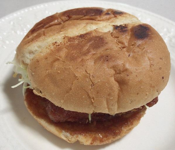 温めたケンタッキーフライドチキンのハンバーガー