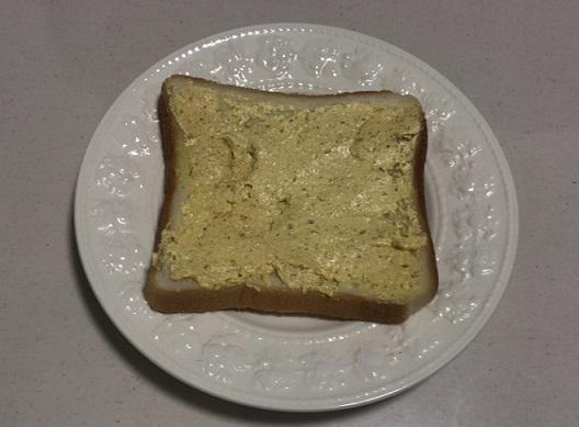 ぬって焼いたらカレーパンを食パンに塗る