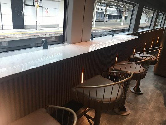 サフィール踊り子の食堂車・カフェテリアのカウンター席